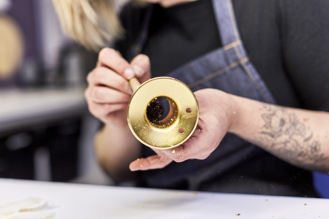 工匠貼覆金箔的手作工藝在整個生產過程中是無法被取代的。圖/恆隆行提供