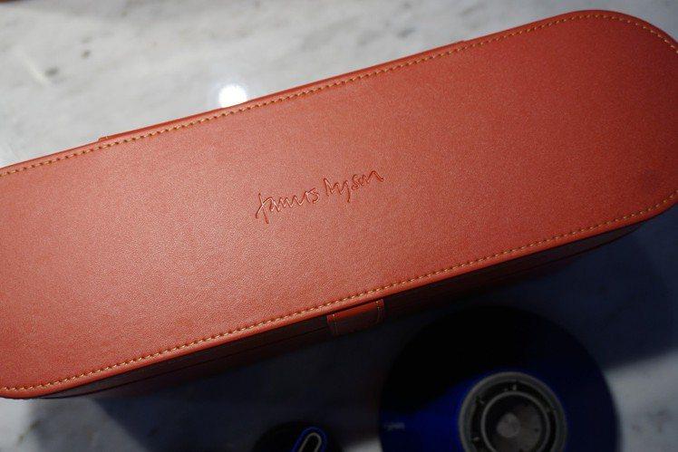 此次推出的特別版外盒,首度附上James Dyson親筆簽名烙印。圖/記者黃筱晴...