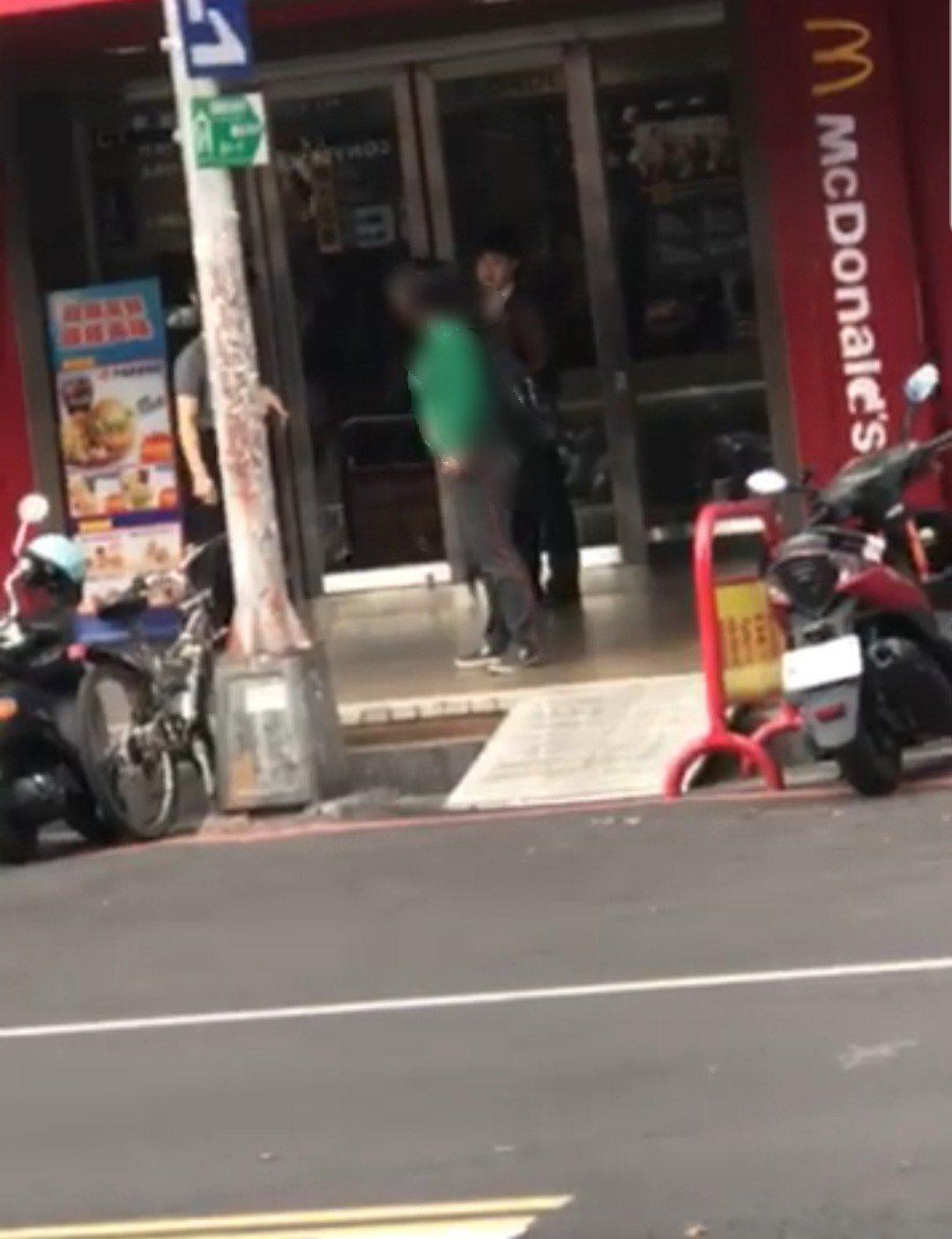 一中商圈速食店前,女子爆跳還朝路人吐口水。圖/取自臉書爆料公社