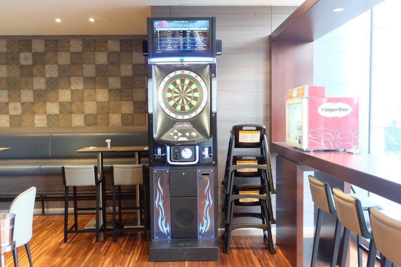 Bar 98附有射飛鏢機台,並播放體育賽事,打造運動時尚酒吧風格。記者韓化宇/攝...