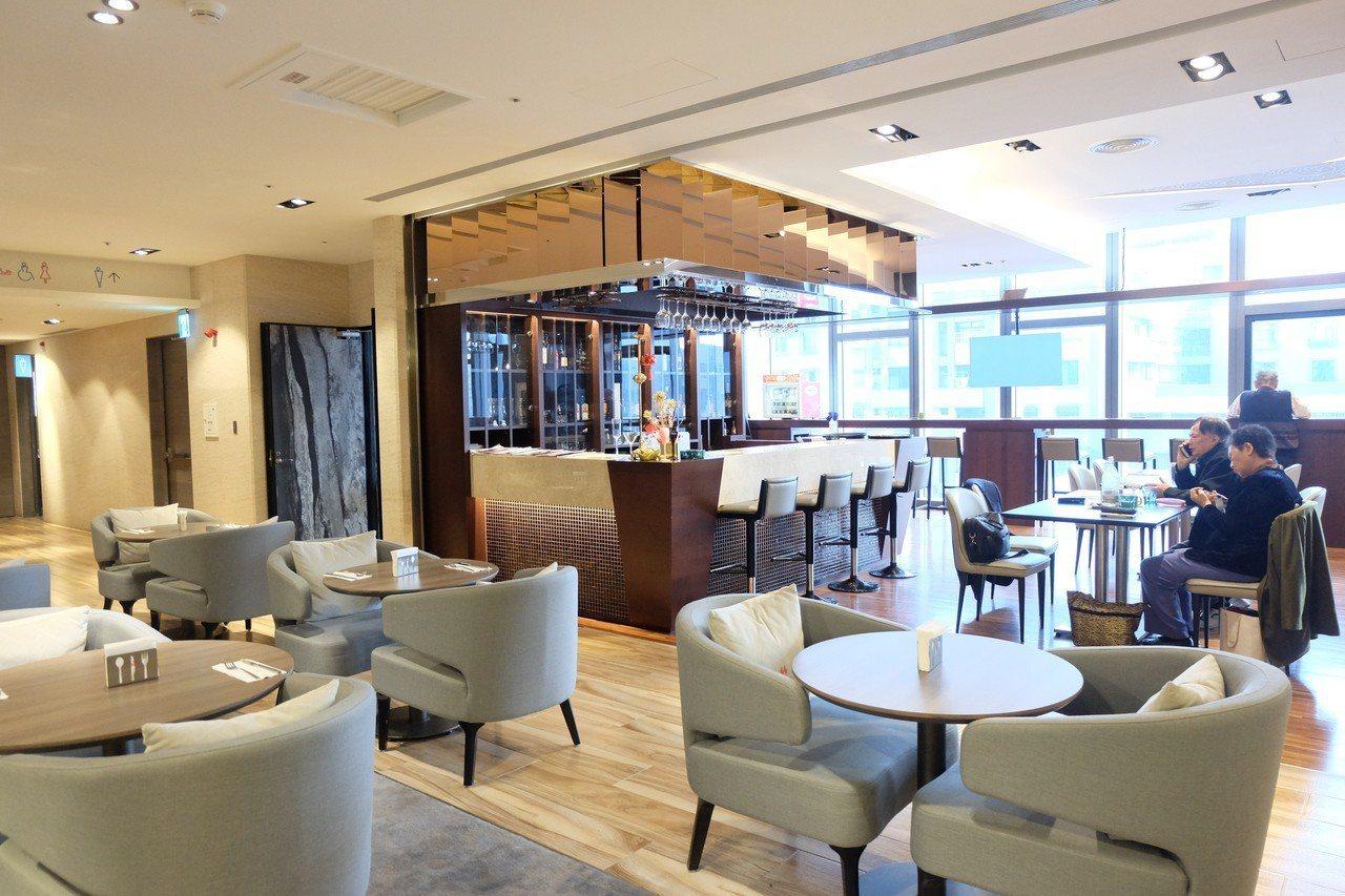 凱達大飯店的酒吧暨咖啡廳Bar 98。記者韓化宇/攝影