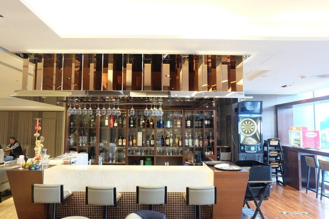 Bar 98白天是咖啡廳,晚上搖身變成酒吧。記者韓化宇/攝影