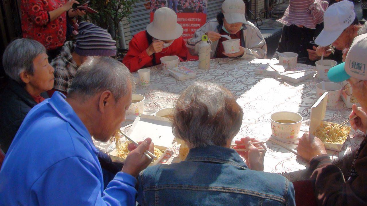 嘉義市愛鄉慈善會今天中午邀請400名街友、弱勢戶聚餐,愛心餐會在西榮街封街舉行,...