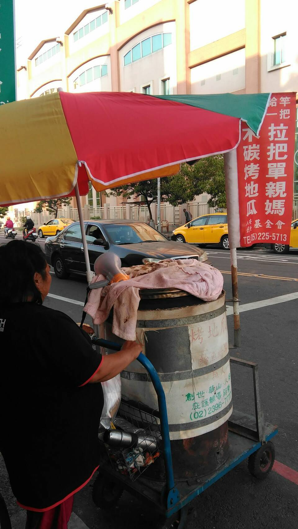 從泰國嫁至台灣的雷姓婦人,離婚後獨自扶養幼子,人安基金會協助她賣烤地瓜謀生,每天...