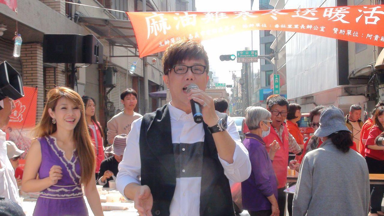 藝人馮偉傑、蔡均安、董育君等人捲起衣袖當志工,也唱歌鼓舞人心,氣氛溫馨。記者王慧...