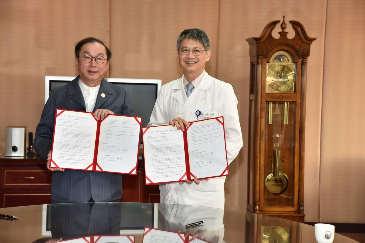台大醫院與廣達電腦由何弘能院長(右)與林百里董事長(左)簽署合作備忘錄,共同投入...