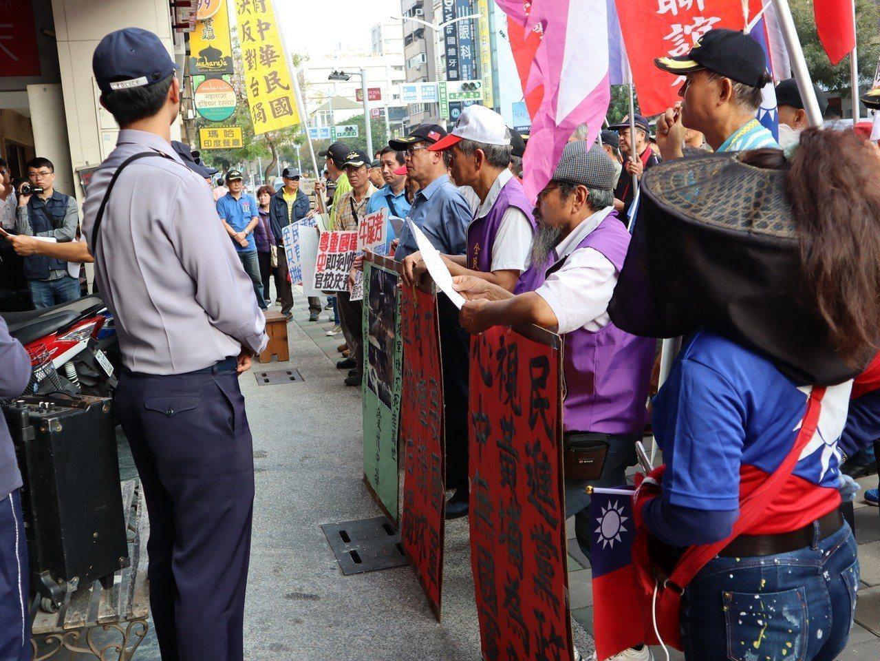抗議團體在現場高呼口號並高唱校歌,左營警分局出動數十警力到場維護秩序。記者張媛榆...