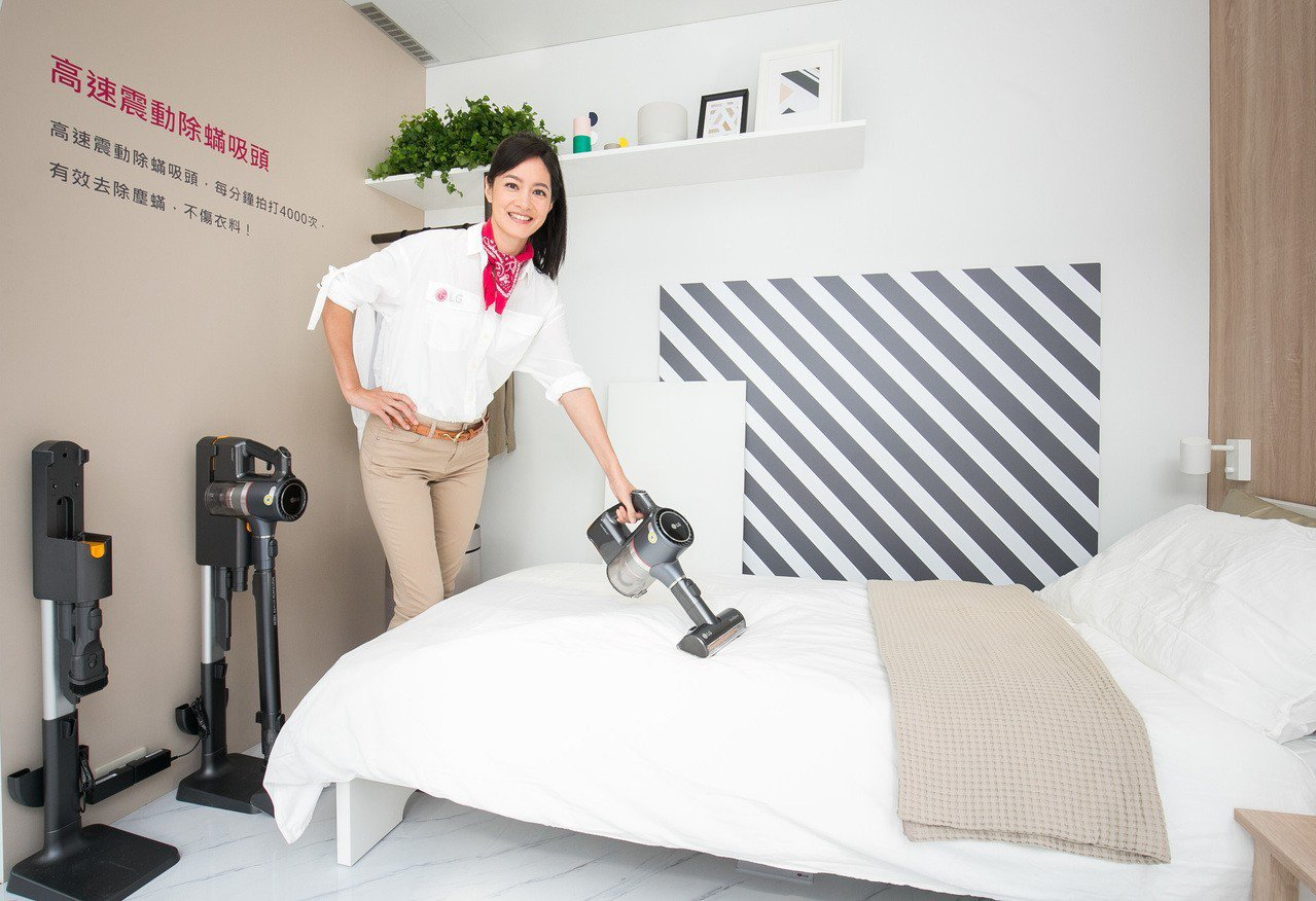 Janet實際示範如何用LG A9+高速震動拍打除螨吸頭輕鬆清理床組。圖/LG提...