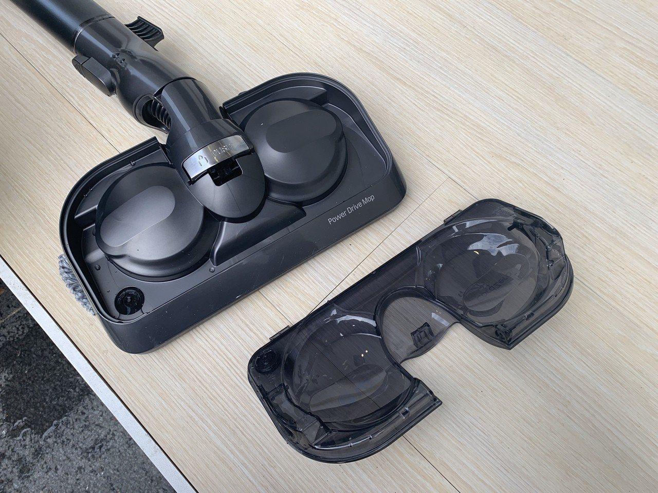 全新機型配備智慧雙旋濕拖吸頭及智慧給水裝置,上方水箱可輕鬆拆卸清潔。記者黃筱晴/...