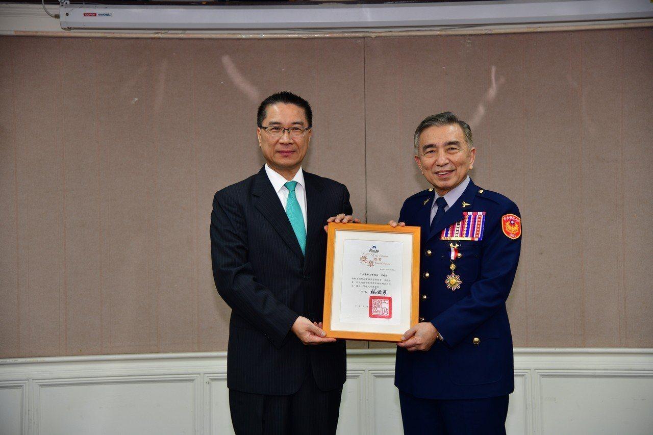內政部長徐國勇(左)頒發獎章給明天將退休的警大校長刁建生(右)。圖/警大提供