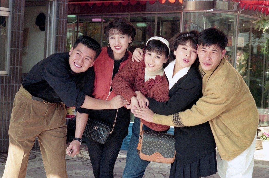 華視電視劇「家有仙妻」演員,左起為孫興、林以真、馬妞、葉璦菱、彭恰恰。圖/聯合報