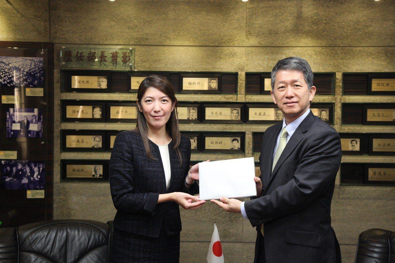 日本公益法人XYZ致贈繪本予全臺小一新生贈書儀式。圖/教育部提供