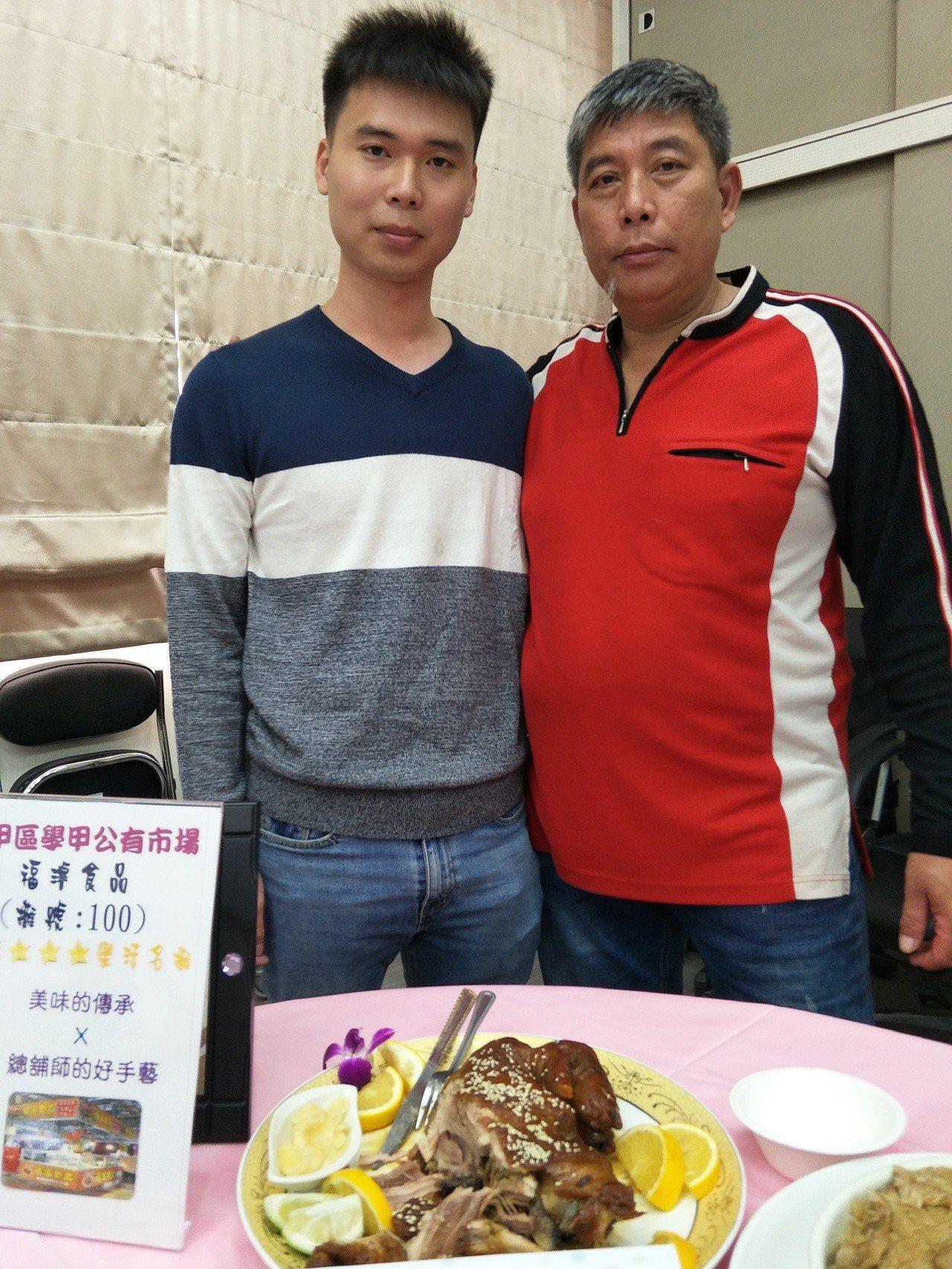 學甲市場福濬食老闆謝明宗(右)具有乙級廚師執照,兒子謝耀進(左)也有丙級證照。記...