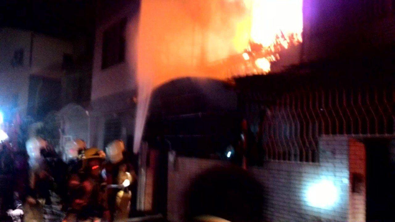 打火英雄關心的「危險加給加成」,;台南市消防局說明天將匯入消防人員帳戶。圖/本報...