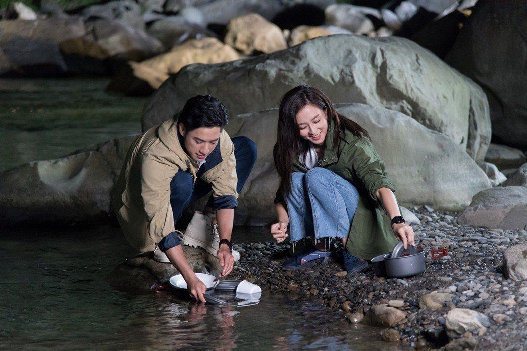 周孝安(左)、周曉涵露營耍浪漫。圖/三立提供