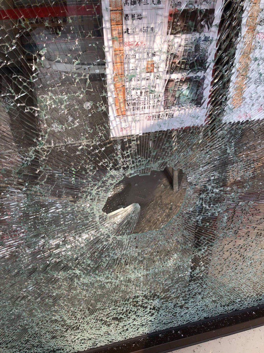 玻璃被榔頭砸毀,當場碎裂。記者張媛榆/翻攝