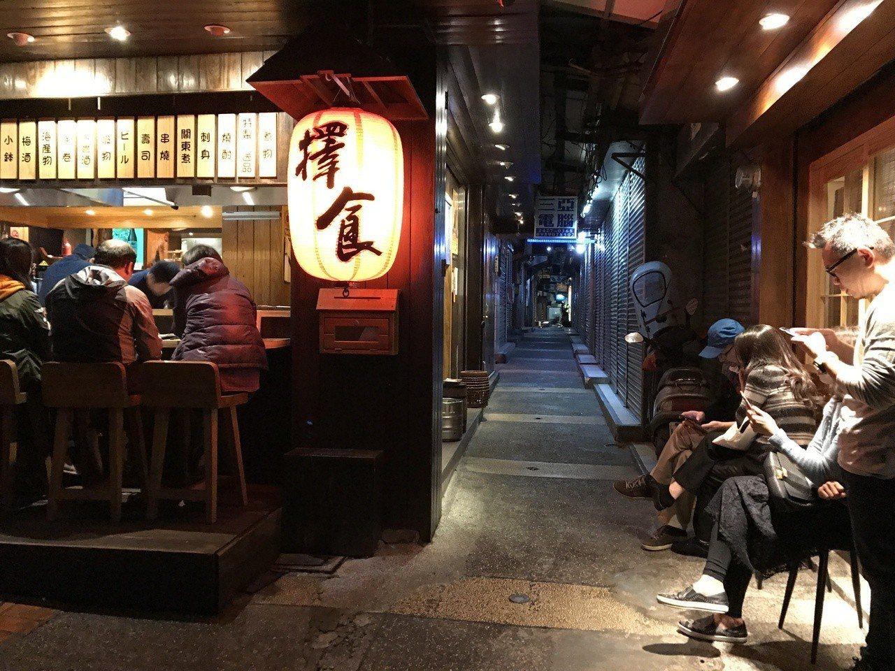 許多人知道擇食居酒屋、丸角咖啡等人氣店家,但不知道再往巷內走就是委託行聚落。記者...