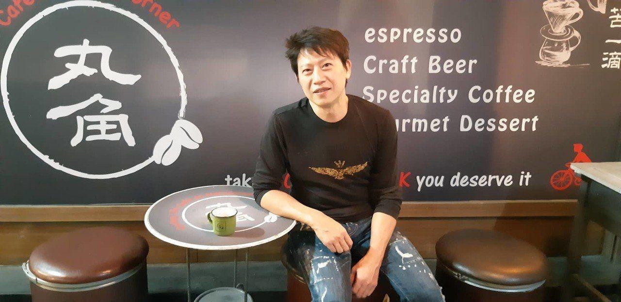 丸角咖啡老闆James的咖啡夢,在坪數不大的丸角咖啡廳中「自轉生活」。 記者賴郁...