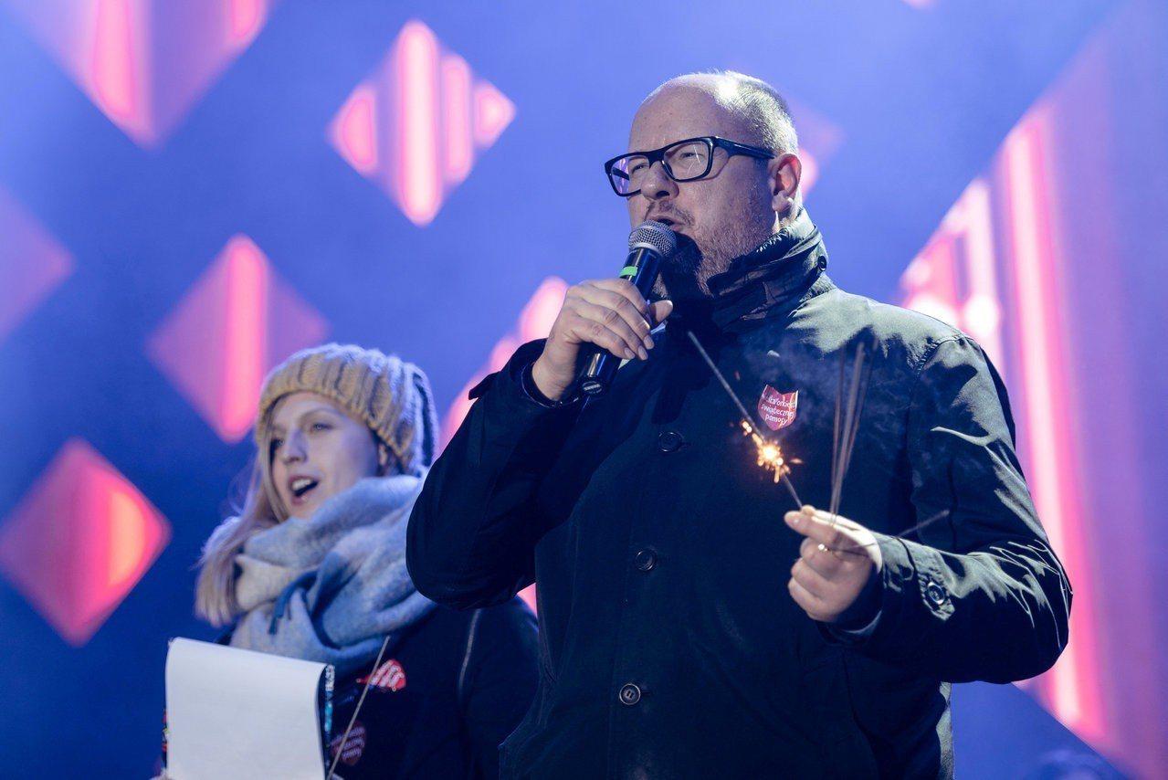 阿丹莫維奇13日遇刺前,在慈善活動閉幕式上演說。(路透)