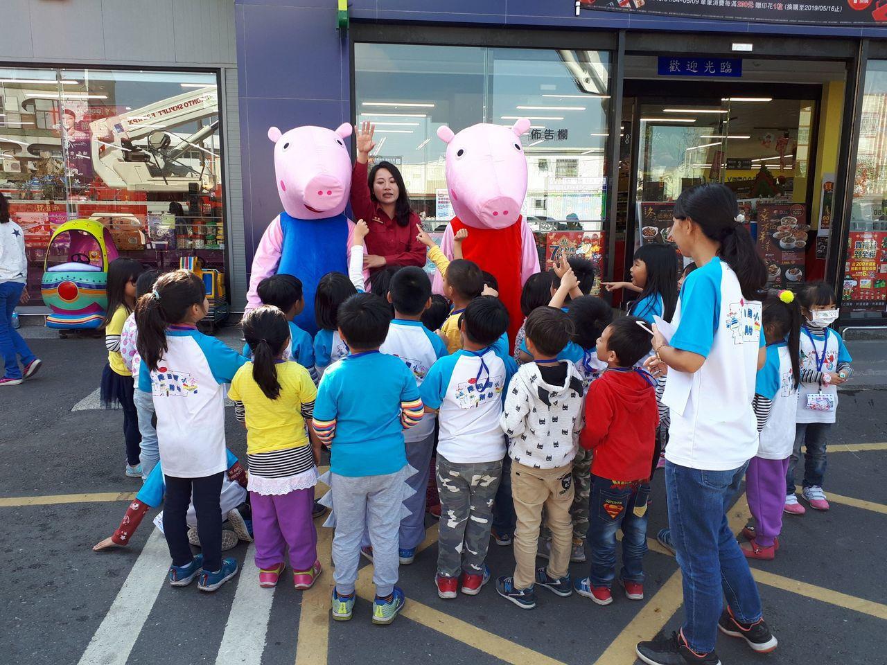 台南市政府消防局第二大隊舉辦消防搶救演習及防火宣導活動,出動消防「P.P豬」擔任...