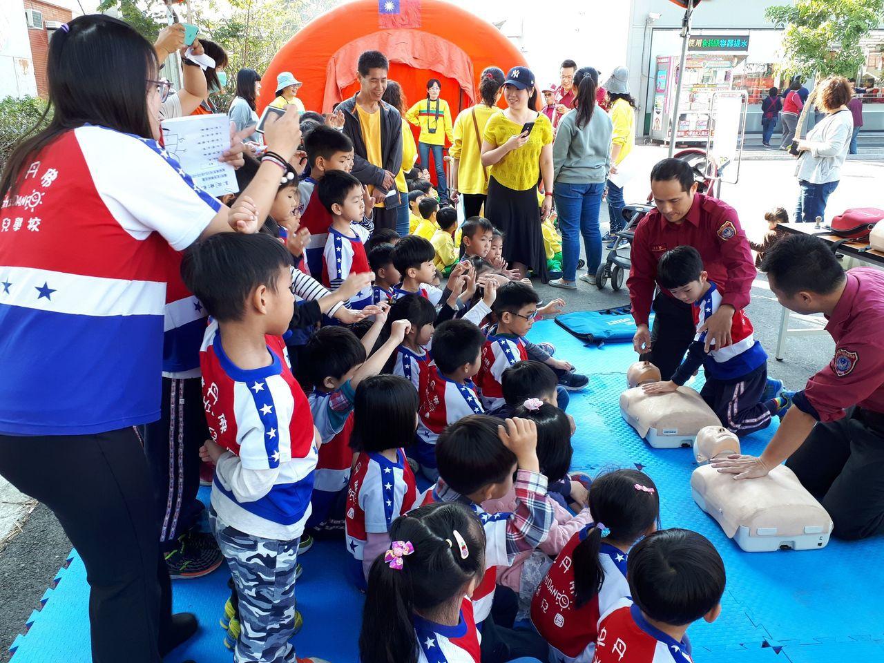 消防隊員示範各種緊急救災,小朋友專注聆聽。圖/台南市消防局提供