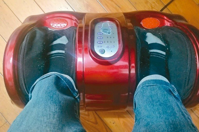 女兒知我習慣按穴道保健,去年送來腳底按摩器(見圖),放電腦桌下,邊寫稿邊腳底按摩...
