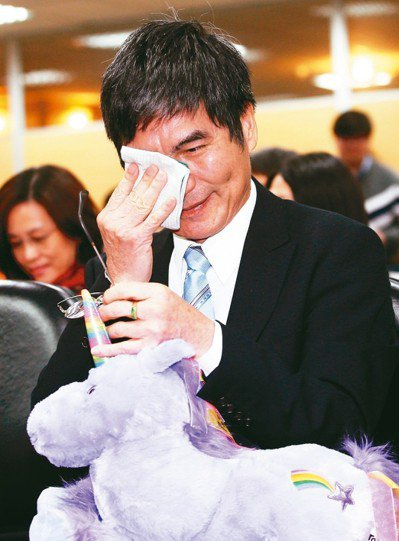 原要接任教育部長的科技部長陳良基,昨天在歡迎會中,抱著兩年前教育部同仁贈送的獨角...