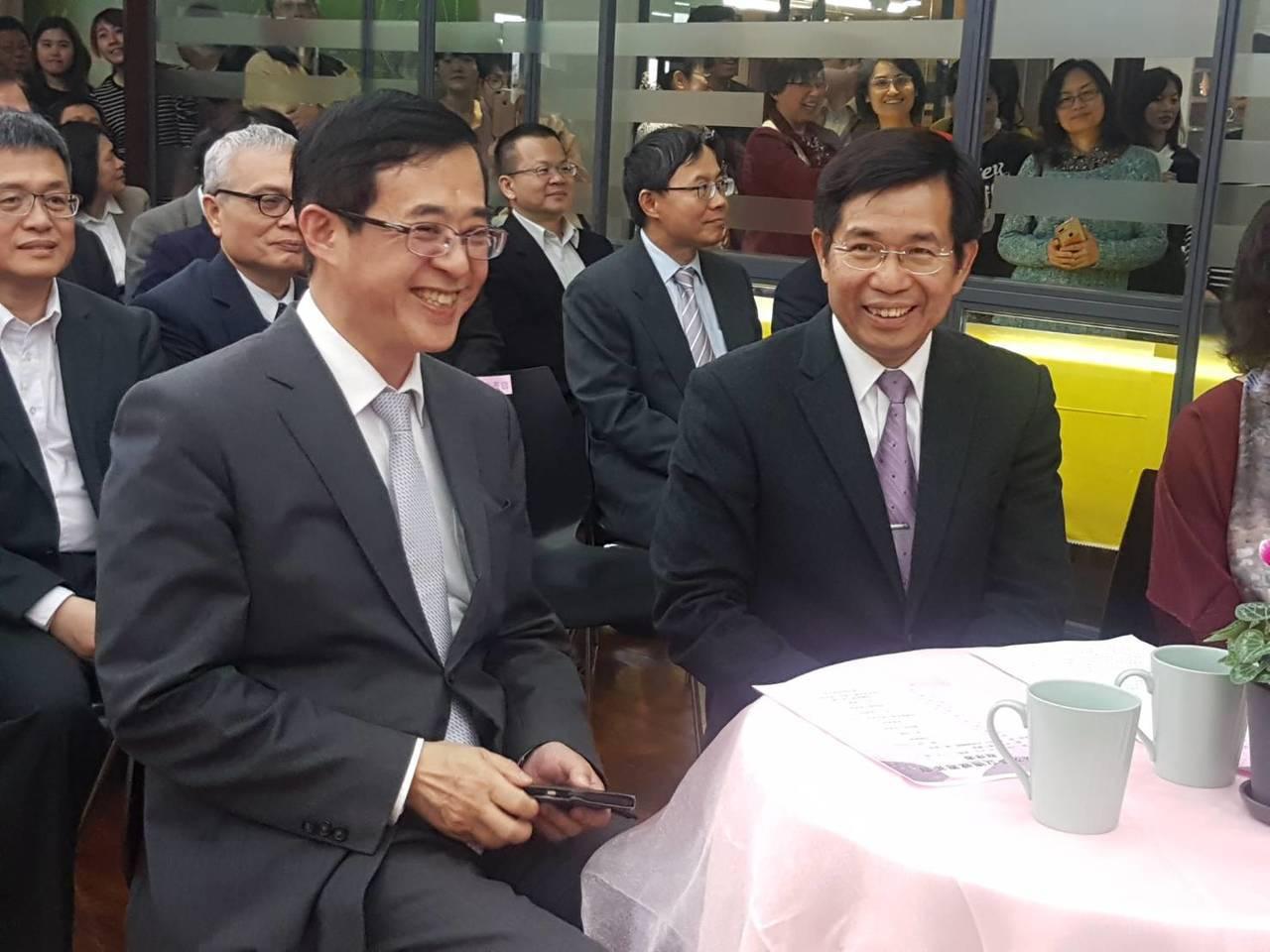 前政次姚立德(左)昨出席感恩茶會時,神情輕鬆,右為教育部長潘文忠。 記者吳佩旻/...