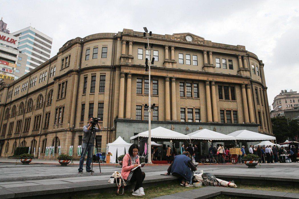 台北郵局創建90周年慶祝系列活動,首場15日下午在台北郵局前博愛路廣場舉行,帶領...