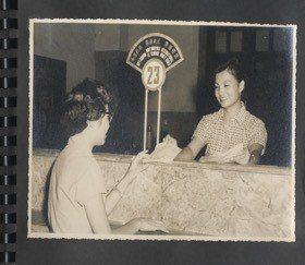 1957年台北一等特級郵局匯兌櫃檯。 圖/中華郵政提供