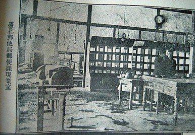 1919年台北郵便局郵便課現業室。 圖/中華郵政提供
