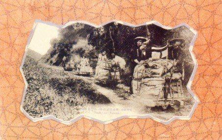 1906年台北郵便局郵差利用輕便鐵道運送郵件。 圖/中華郵政提供