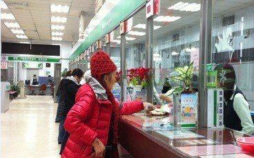 2013年台北郵局儲匯服務櫃檯。 圖/中華郵政提供
