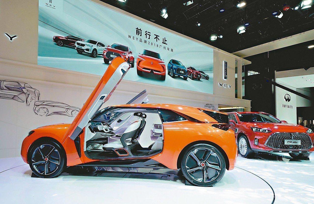 去年大陸汽車銷量2,808萬輛,年減2.8%。圖為廣州車展。 新華社
