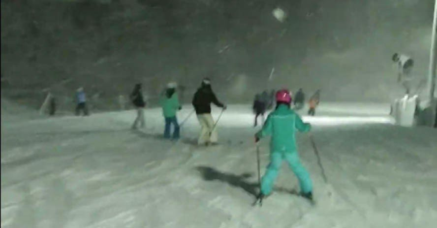 Whitetail 滑雪場大發利市,放雪假的孩子樂得出遊、馳騁山頭。(讀者提供)