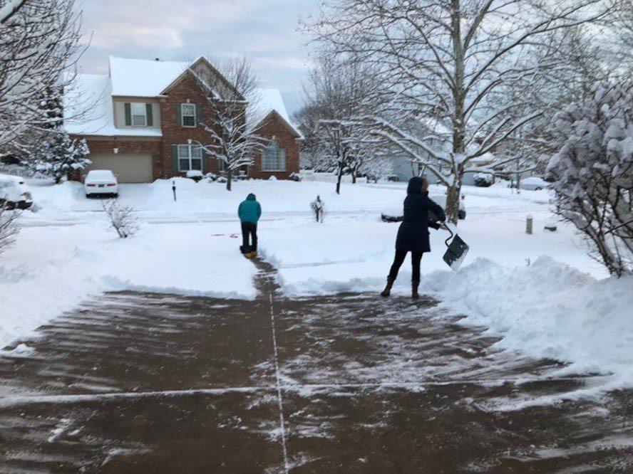 雖然聯邦政府因雪關門,多數私人企業仍照常上班,周一上午起早鏟雪的民眾不少。(特派...