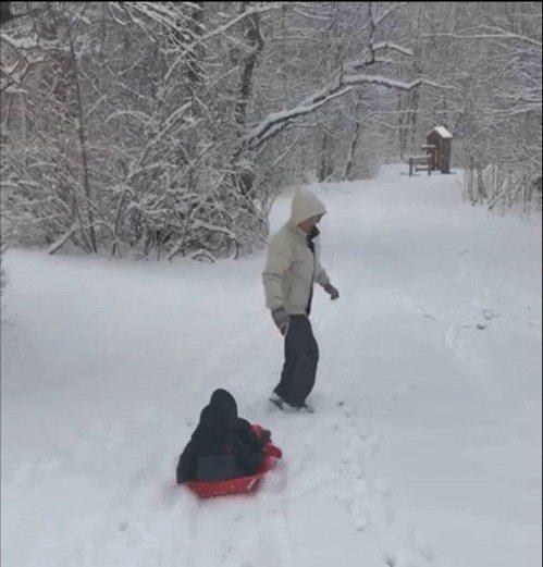 洛克維爾市一對雙胞胎玩雪橇樂開懷。(讀者提供)