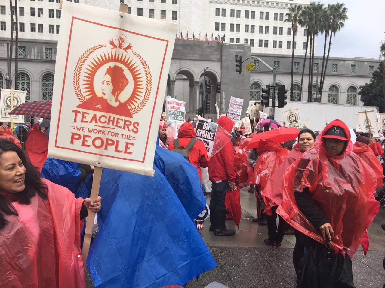 因要求調薪未果,全美第二大學區─加州洛杉磯聯合學區14日在洛杉磯教師工會的發動下...