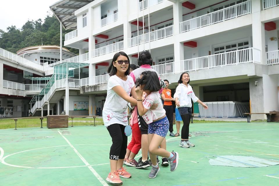 營隊課程多數依著返鄉青年們的專業與興趣發展,也會刻意透過每日相處的聊天,引導孩子...