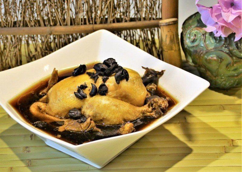黑蒜養生雞滋味佳,上菜秀當天詢問度高。 歐都納/提供