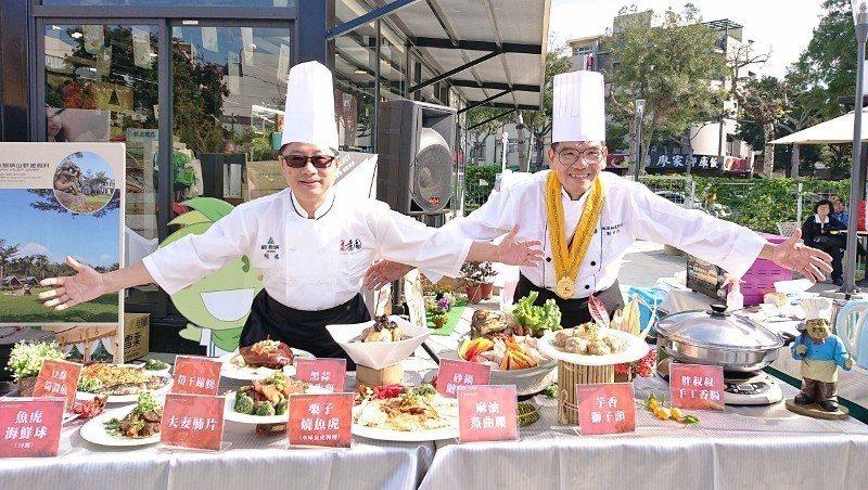 歐都納董事長程鯤(左)與主廚劉梓民出席年菜上菜秀,與民眾同歡。 歐都納/提供