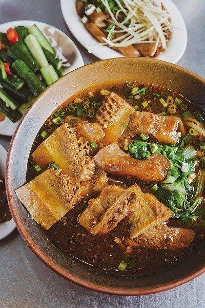招牌麵230元(前)/小/放入牛肚、牛筋與牛肉,搭配鹹香味十足的紅燒湯汁,讓人忍...