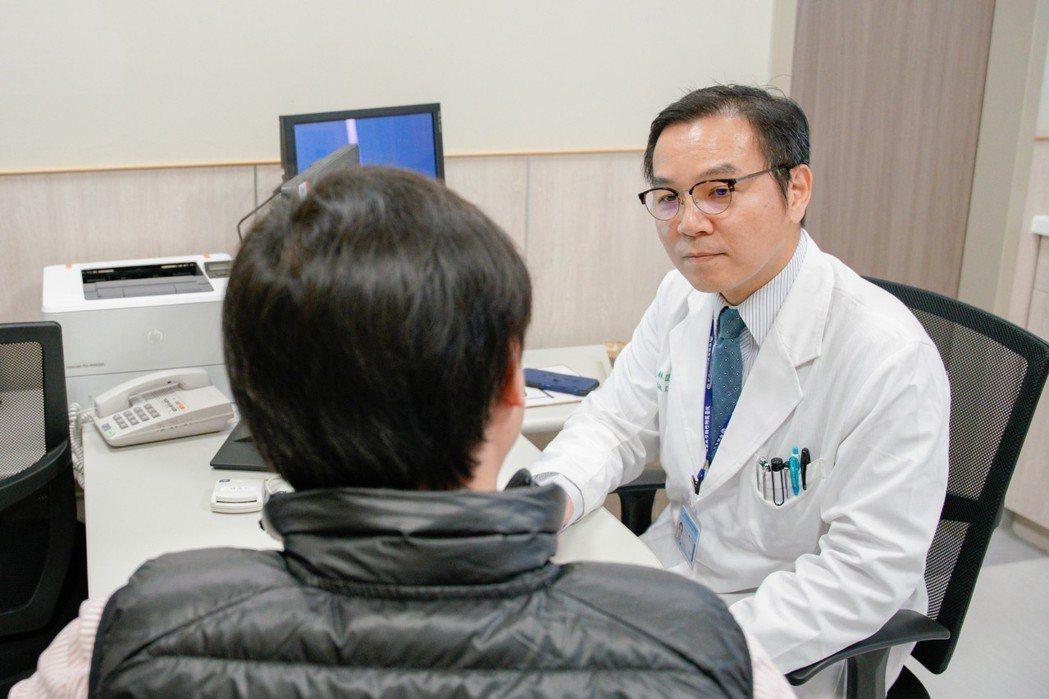 中國醫藥大學新竹附設醫院心臟血管科主任林圀宏替病患看病,病患第一個問題,不是問病...