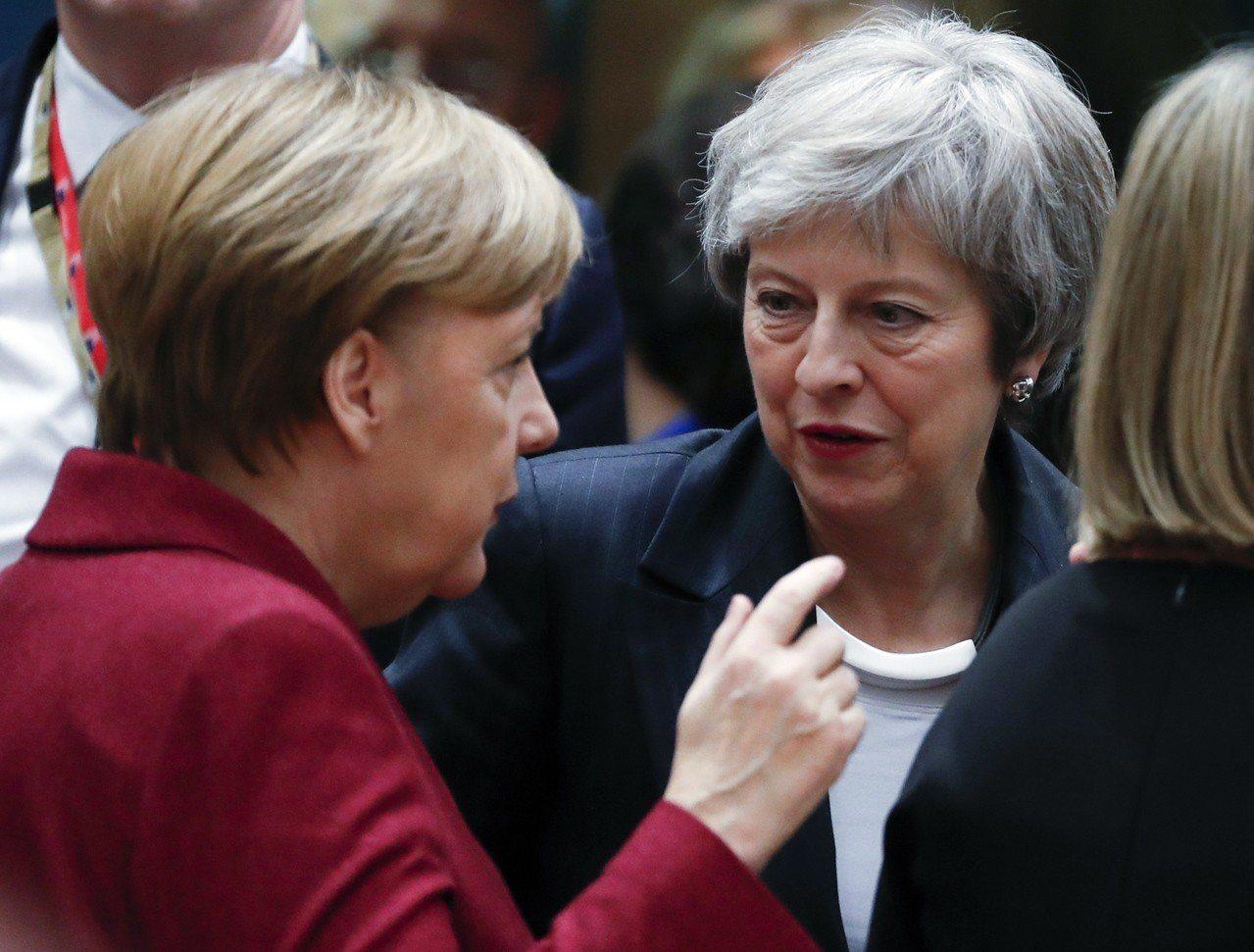 英國首相梅伊(中)和德國總理梅克爾(左)去年12月13日在歐盟高峰會上交談。歐新...