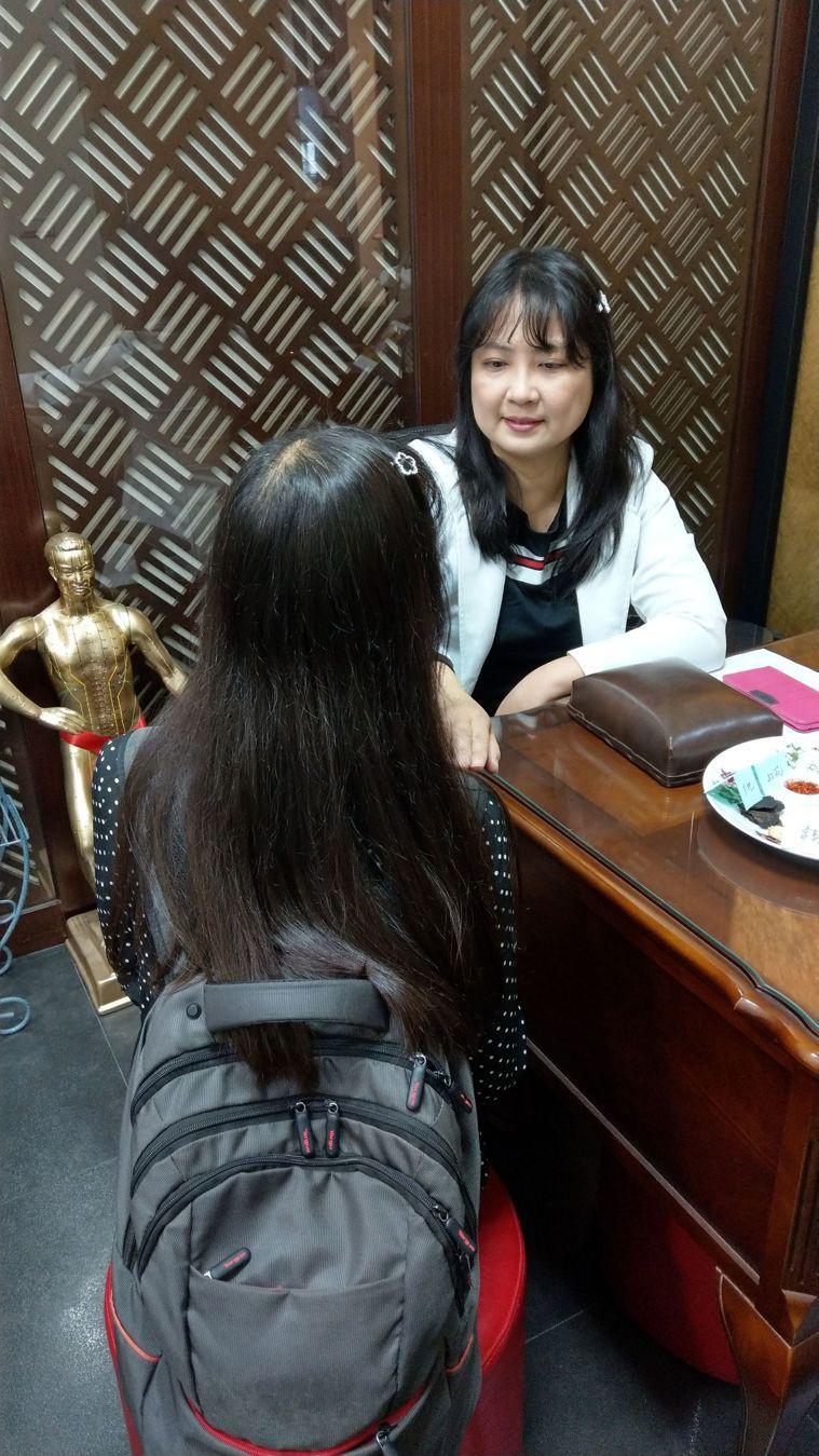 中醫師蔡惠君(右)奉勸年輕人,長期背太重的背包,小心高低肩、脊椎側彎、大小奶等後...