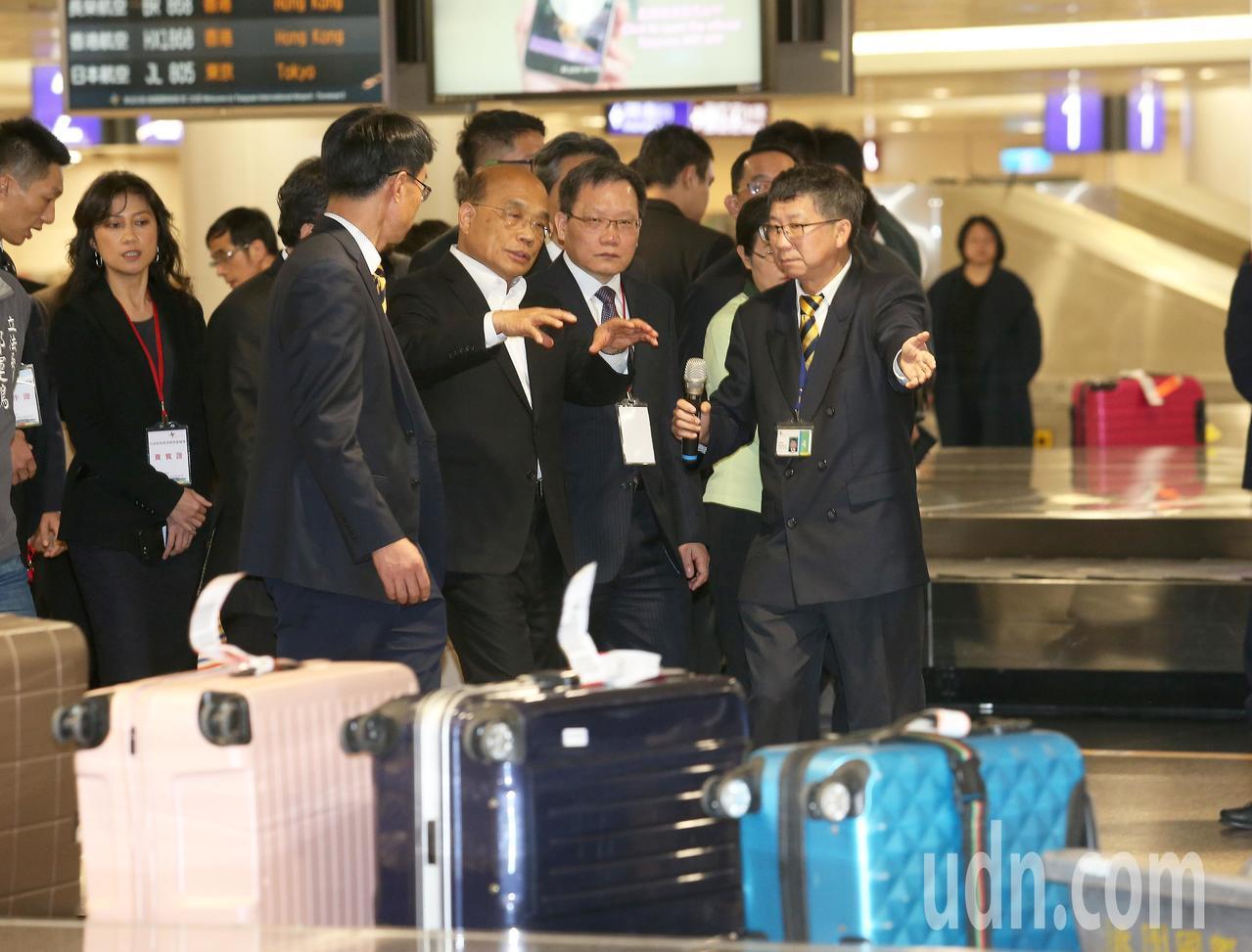 行政院長蘇貞昌(前排左二)昨天就任後第一個公開行程,下午到桃園機場巡視非洲豬瘟防...