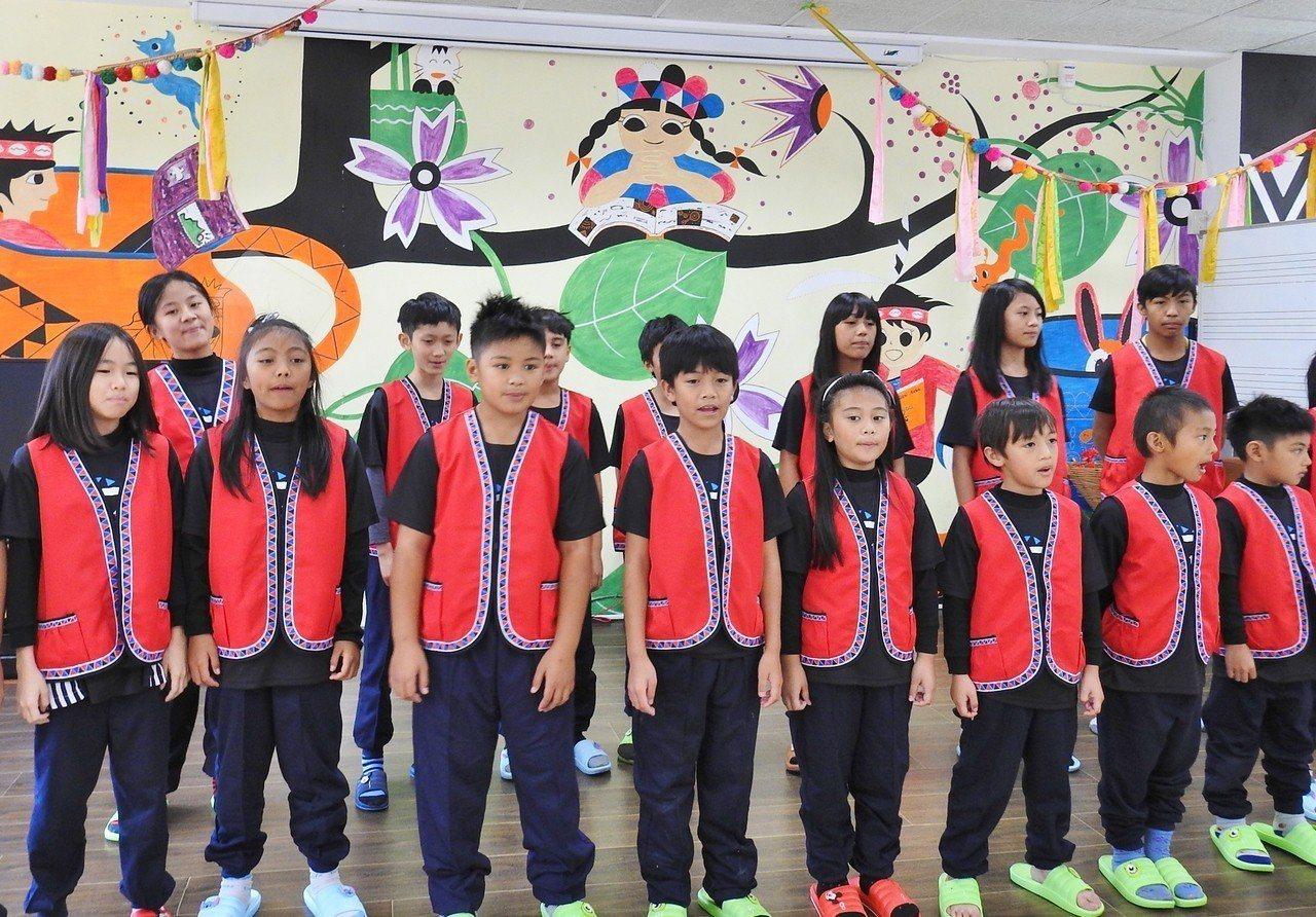 來吉國小學生們穿著捐贈新運動套服,搭配鄒族傳統紅背心,以嘹亮天籟表達感謝。圖/來...