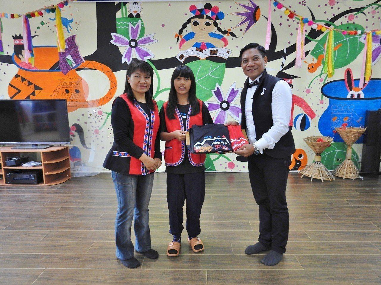 來吉國小校長孫儷砡(左)感謝胡待明提供學生演出機會。圖/來吉國小提供