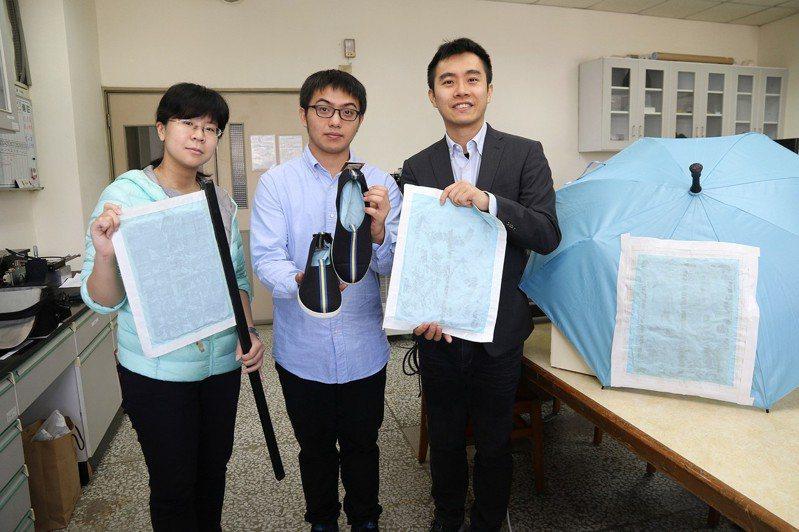 興大材料系助理教授賴盈至(右)、研究生蕭勇麒(中)、吳幸玫(左)研發奈米防水發電布料。圖/興大提供