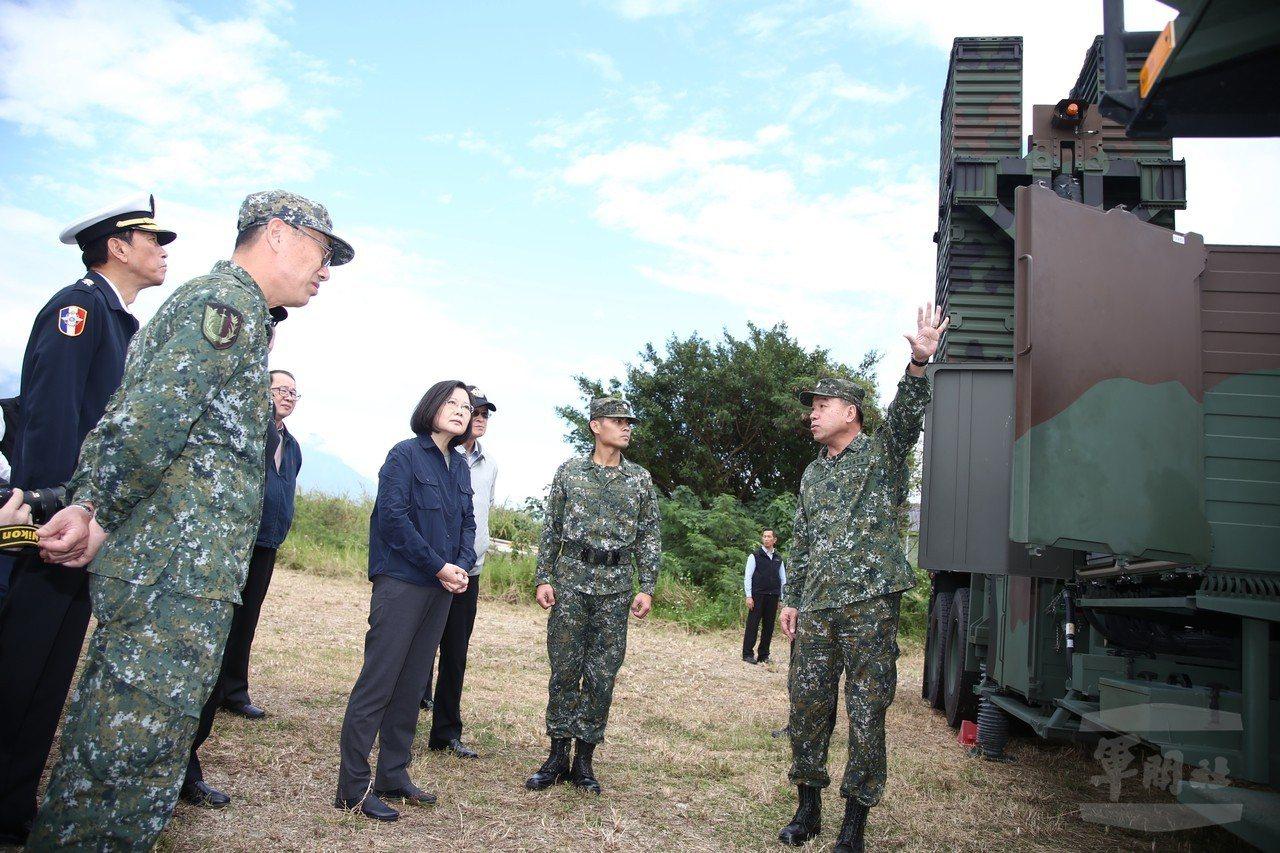 蔡英文總統視察天弓三型飛彈發射車,這是天弓三型分發部隊服役之後首度曝光。圖/軍聞...